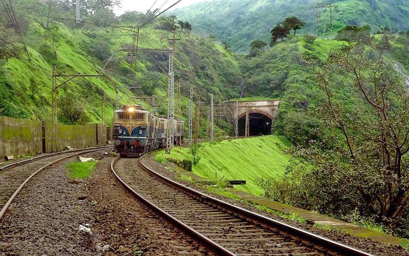 trainpassing-thtoughlonavalatunnel